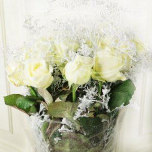 Букет 19 белых снежных роз с зеленью