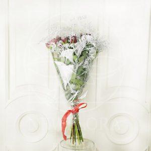 Букет 19 красных снежных роз с зеленью