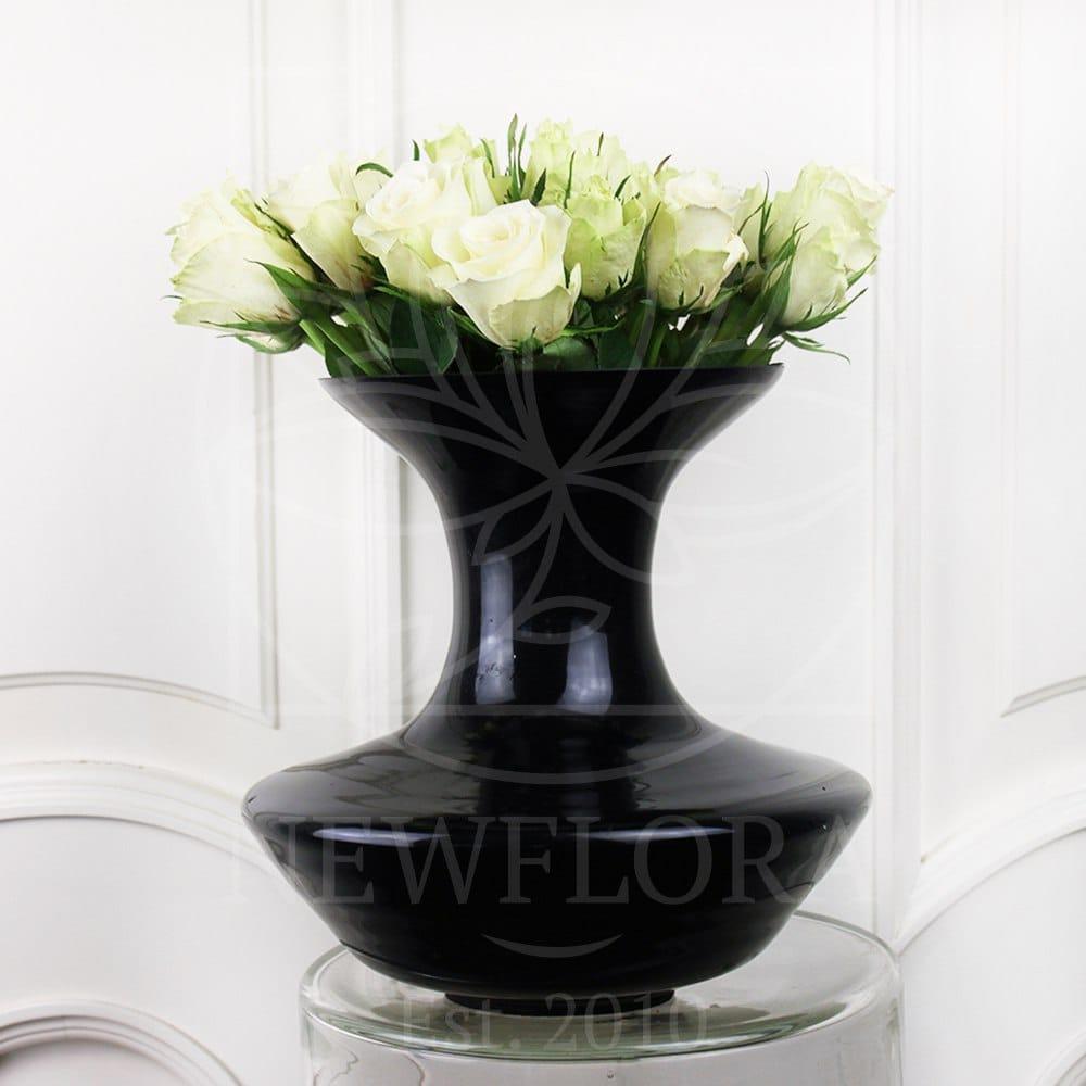 19 белых роз в черной вазе