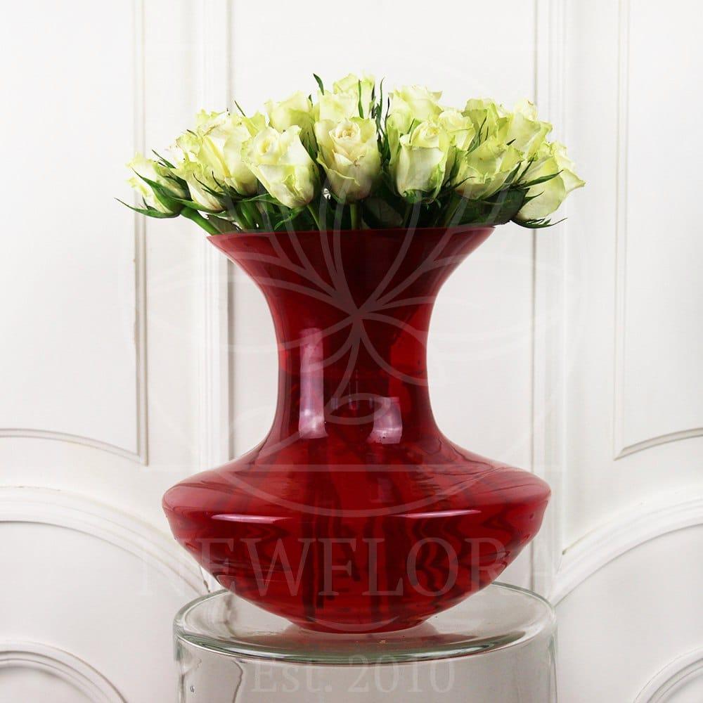 19 белых роз в красной вазе