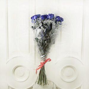 Букет 25 синих роз со снежной зеленью