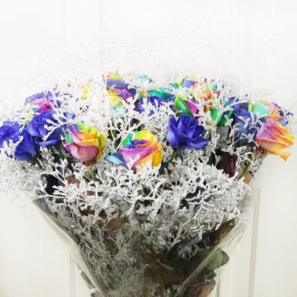 Букет 35 синих и радужных роз со снежной зеленью