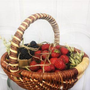 Маленькая фруктовая корзина с ягодами