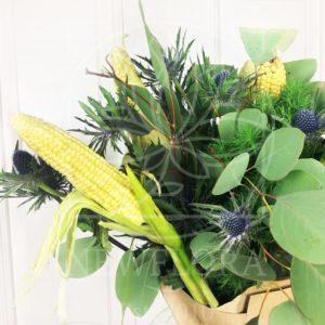 Экзотический букет с кукурузой и эвкалиптом