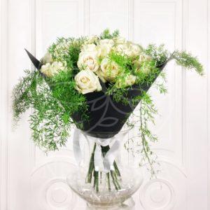 Букет 25 белых роз с зеленью в черном фоамиране