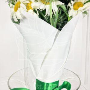 Букет 25 ромашек с зеленью в белом фоамиране