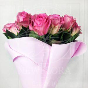 Букет 25 розовых роз в розовом фоамиране