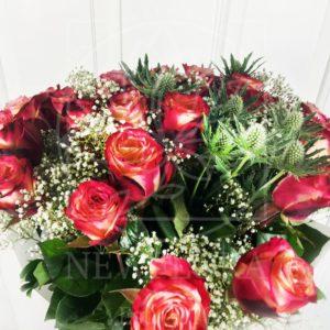 Букет 25 роз с зеленью в белом фоамиране