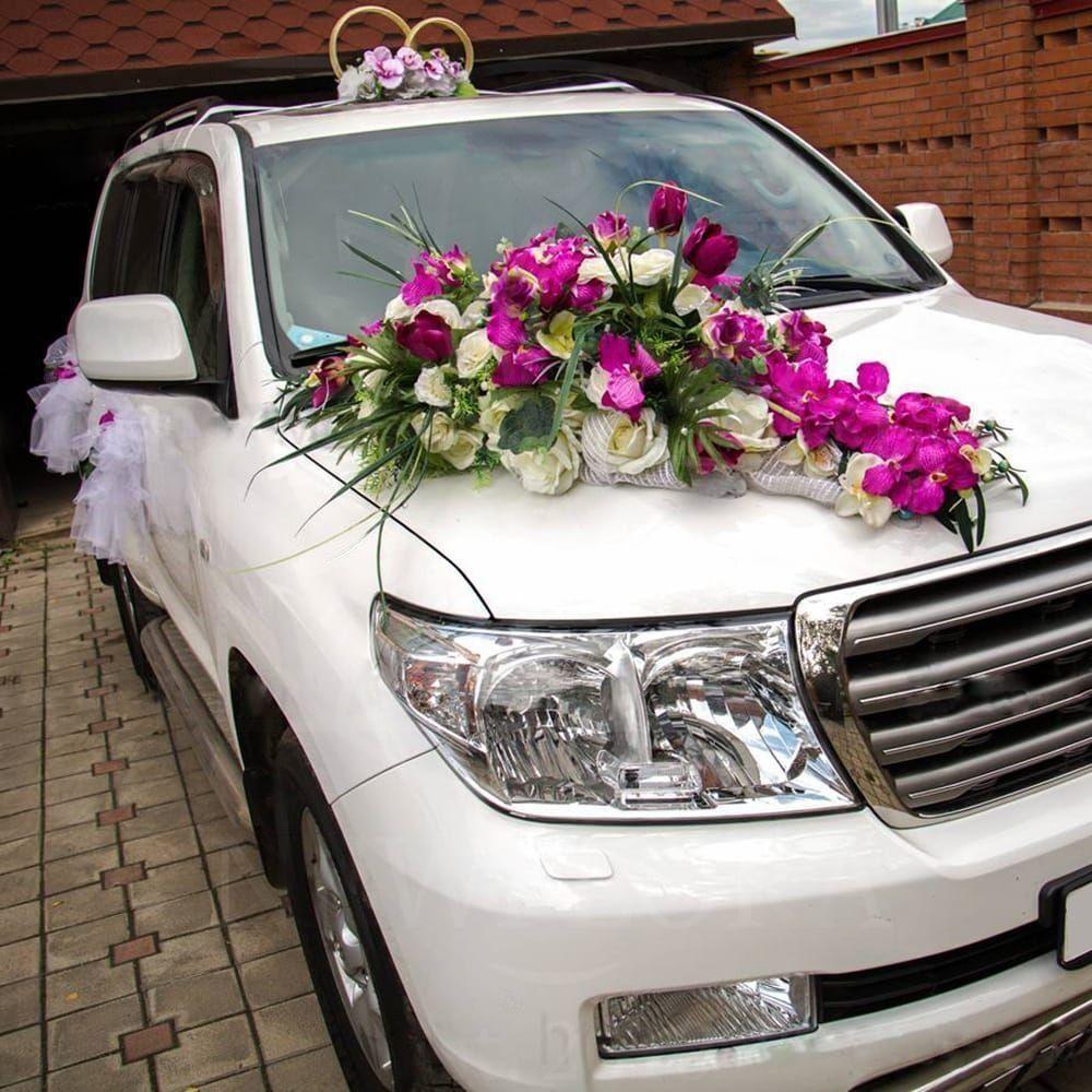 Свадебное украшение автомобиля с орхидеями и тюльпанами