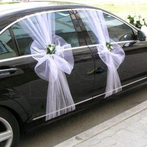 Свадебное украшение автомобиля с фатином и живыми цветами