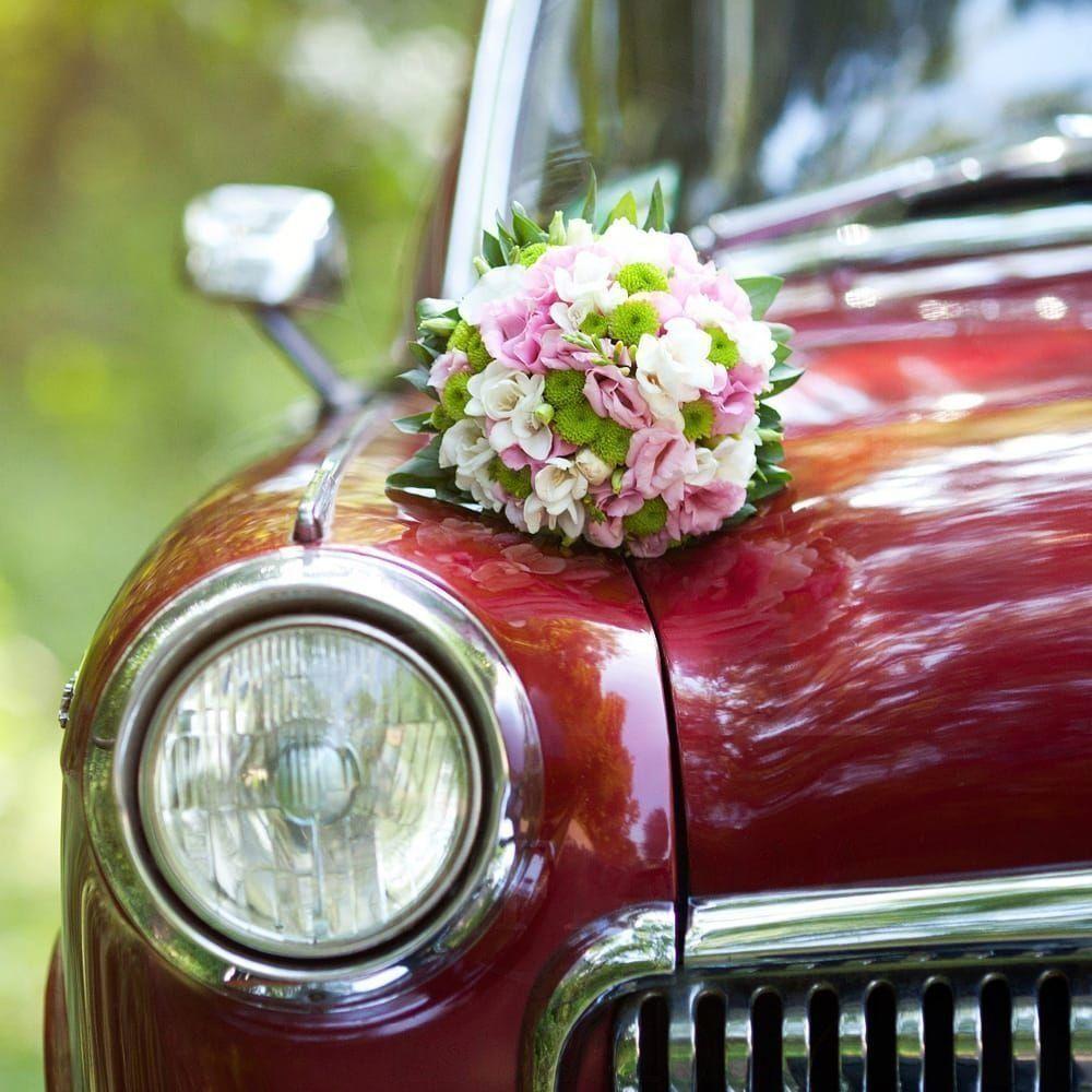Свадебное украшение автомобиля с лизиантусом и хризантемой