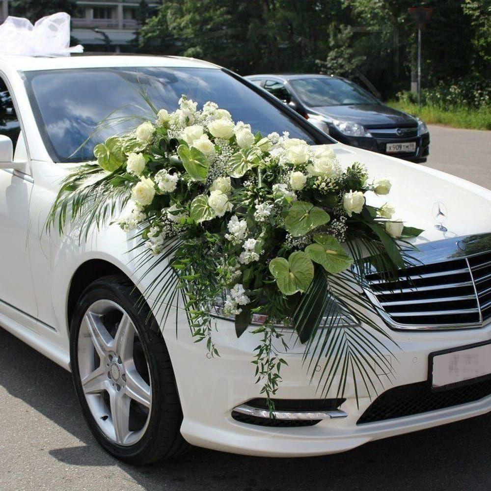 Свадебное украшение автомобиля с антуриум и розами