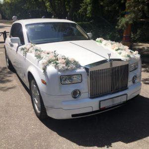 Свадебное украшение автомобиля с гортензиями и орхидеями