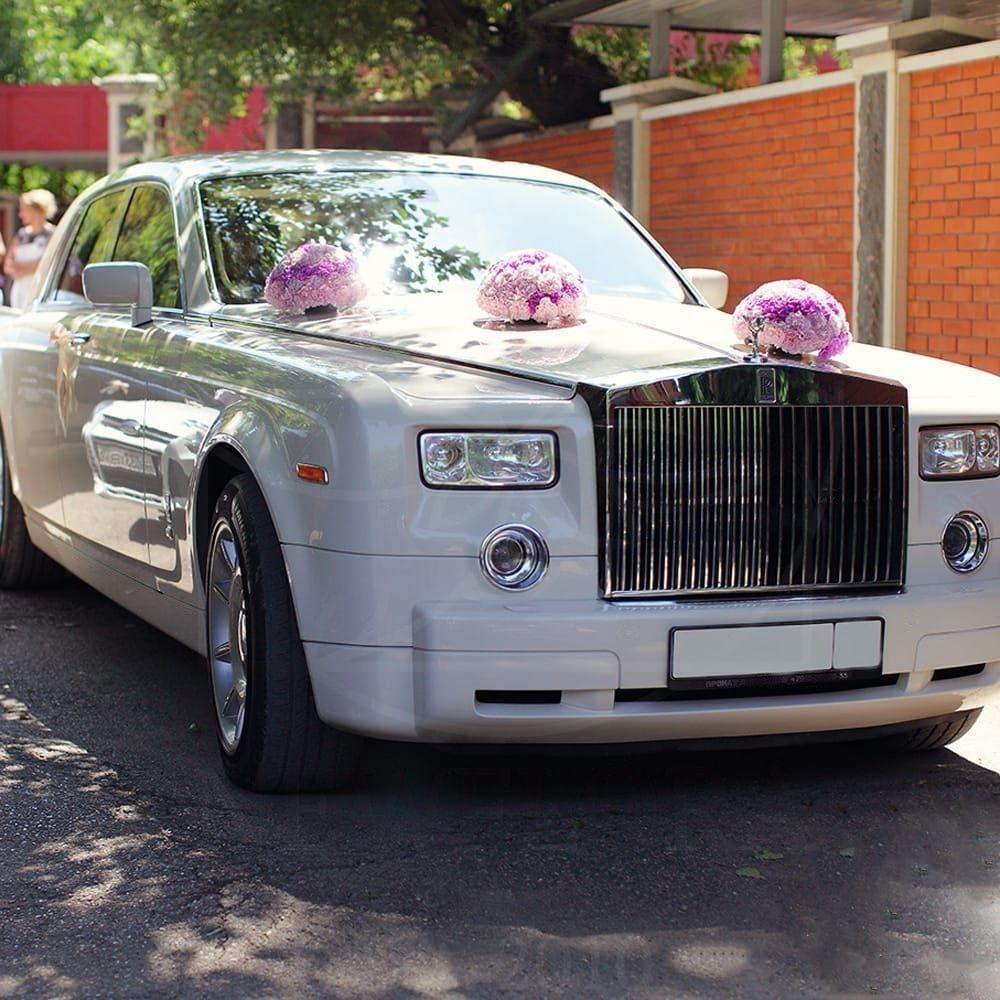 Свадебное украшение автомобиля с розовой гвоздикой