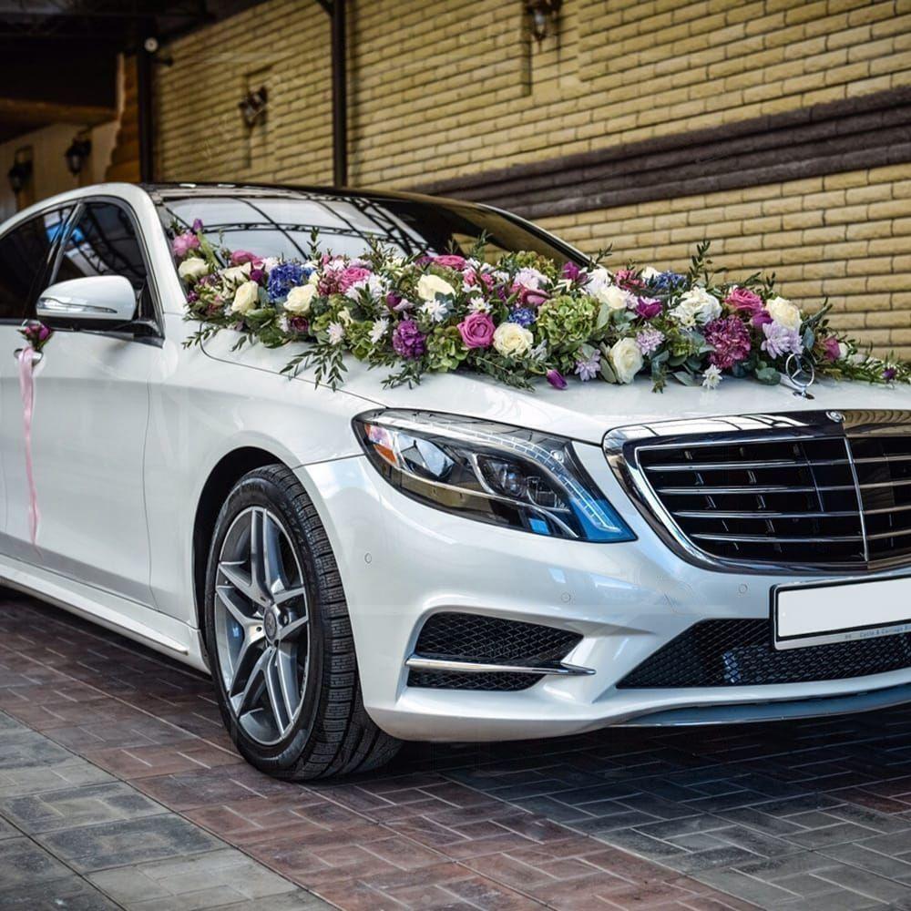Свадебное украшение автомобиля с гортензиями, розами и тюльпанами
