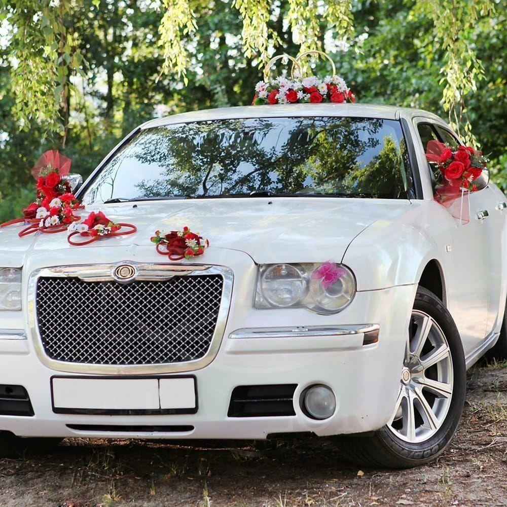 Свадебное украшение автомобиля с розами и хризантемой