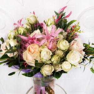 Букет 15 кустовых и пионовидных роз с зеленью