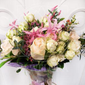 Букет 15 кустовых и пионовидных роз с нерине