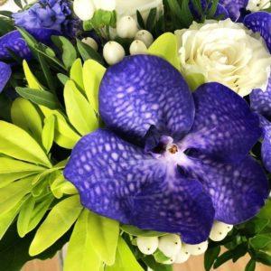 Букет 7 орхидей ванда с гиацинтами и зеленью