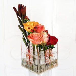 9 роз в акриловой коробке с зеленью