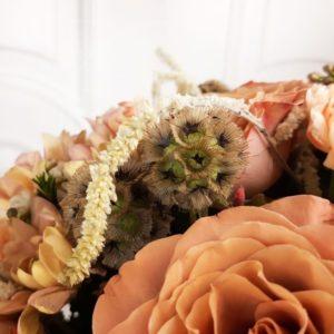 Букет 11 роз с амарантом, скабиозой и зеленью