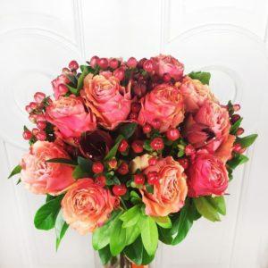 Букет 13 роз с амариллисами и ягодами