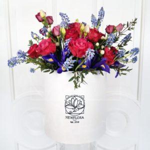 Ирисы с розами и мускари в шляпной коробке