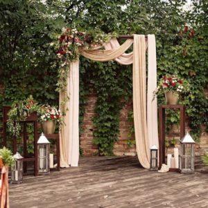 Арка для свадьбы с георгинами, кустовыми розами и фисташкой