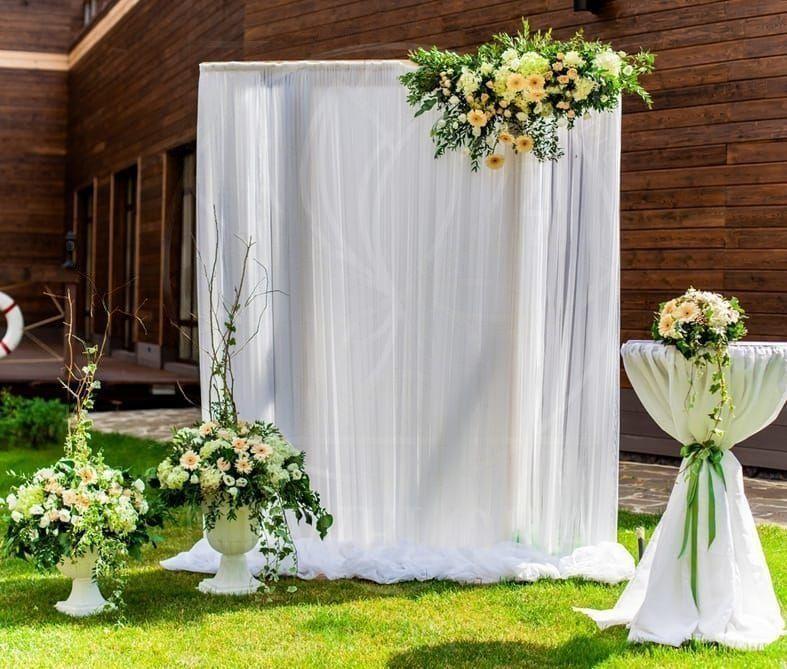 Арка для свадьбы с герберами, лизиантусом и ветками фисташки