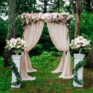 Арка для свадьбы с диантусом, астильбой и гортензиями