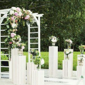 Арка для свадьбы с амарантом, гортензиями и классическими розами