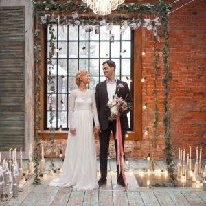 Арка для свадьбы с зеленью и декором