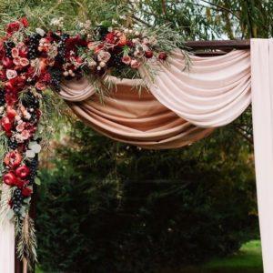 Арка для свадьбы с розами, хамелациум и фруктами