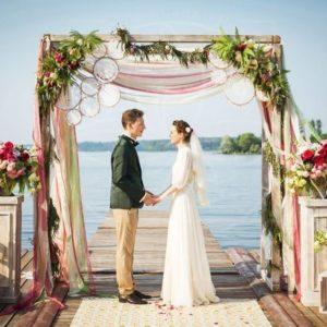 Очаровательная свадебная арка с пионовидными розами, гортензиями и ловцами снов