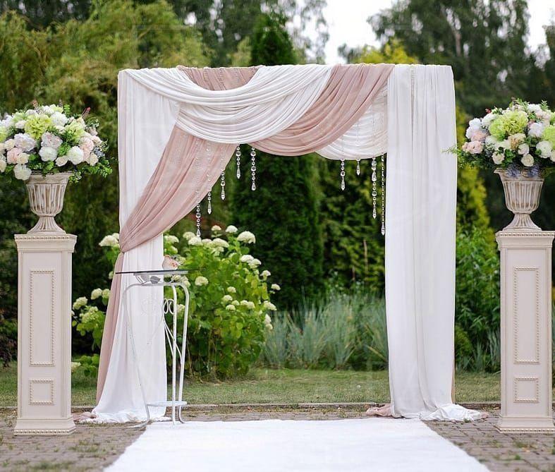 Арка для свадьбы с левкое, гортензиями и диантусом
