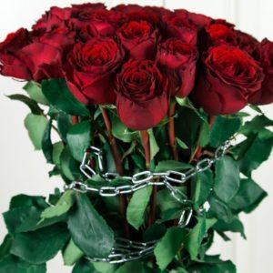 БДСМ букет 25 красных роз с цепями