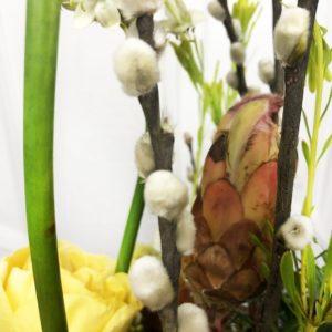 Композиция на березовом спиле с пионовидными розами и вербой