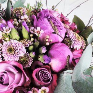Букет 11 пурпурных роз с пионами и прутьями березы