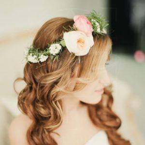 Украшение волос заколка из живых цветов с пионовидными розами