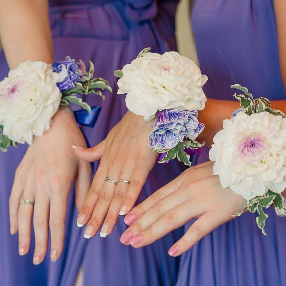 Браслет из живых цветов с георгином и лизиантусом