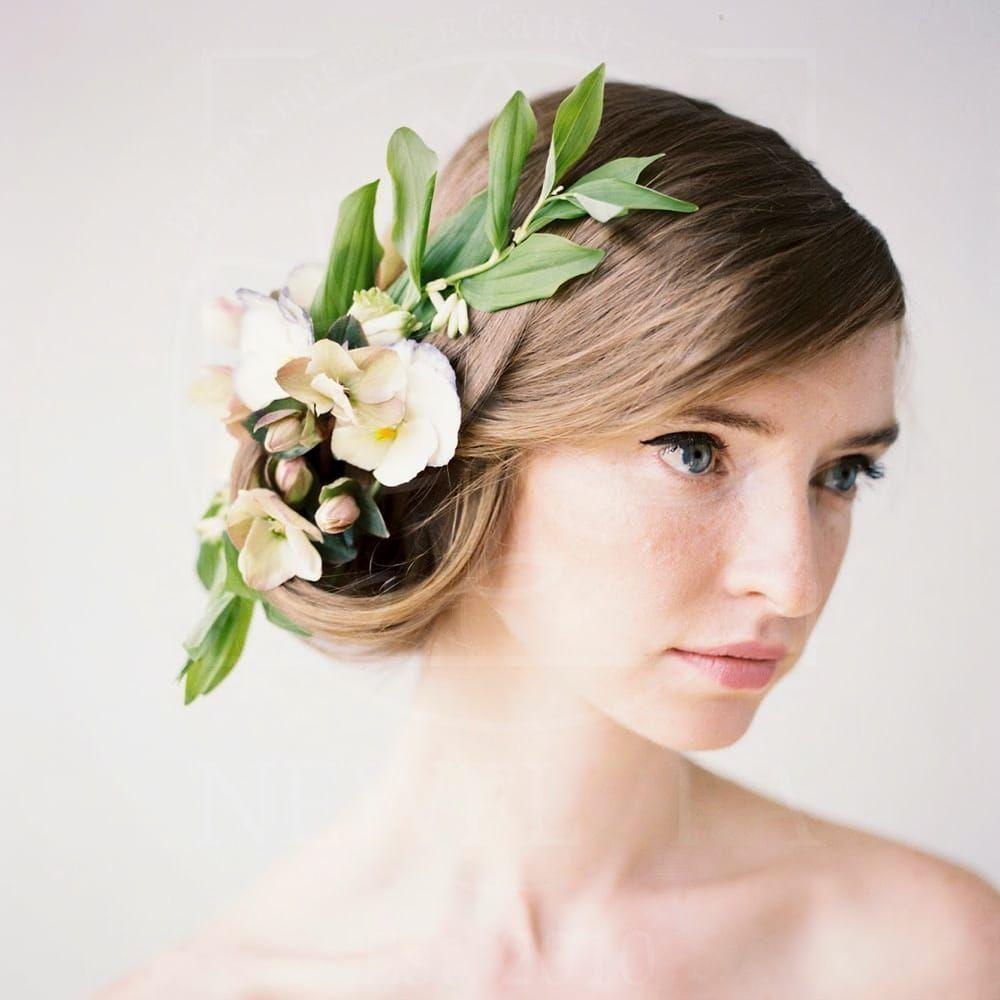 Украшение волос заколка из живых цветов с полигонатум и хелеборус