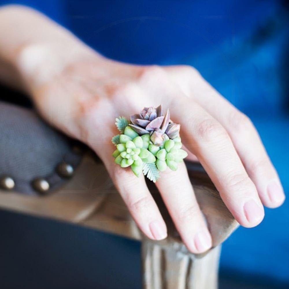 Кольцо из живых цветов с листами акации и суккулентами