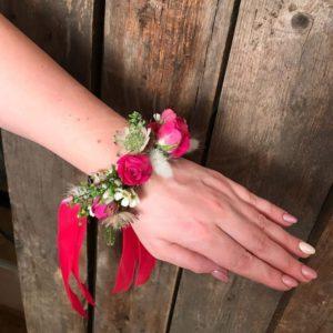 Браслет из живых цветов с кустовой розой и астранцией