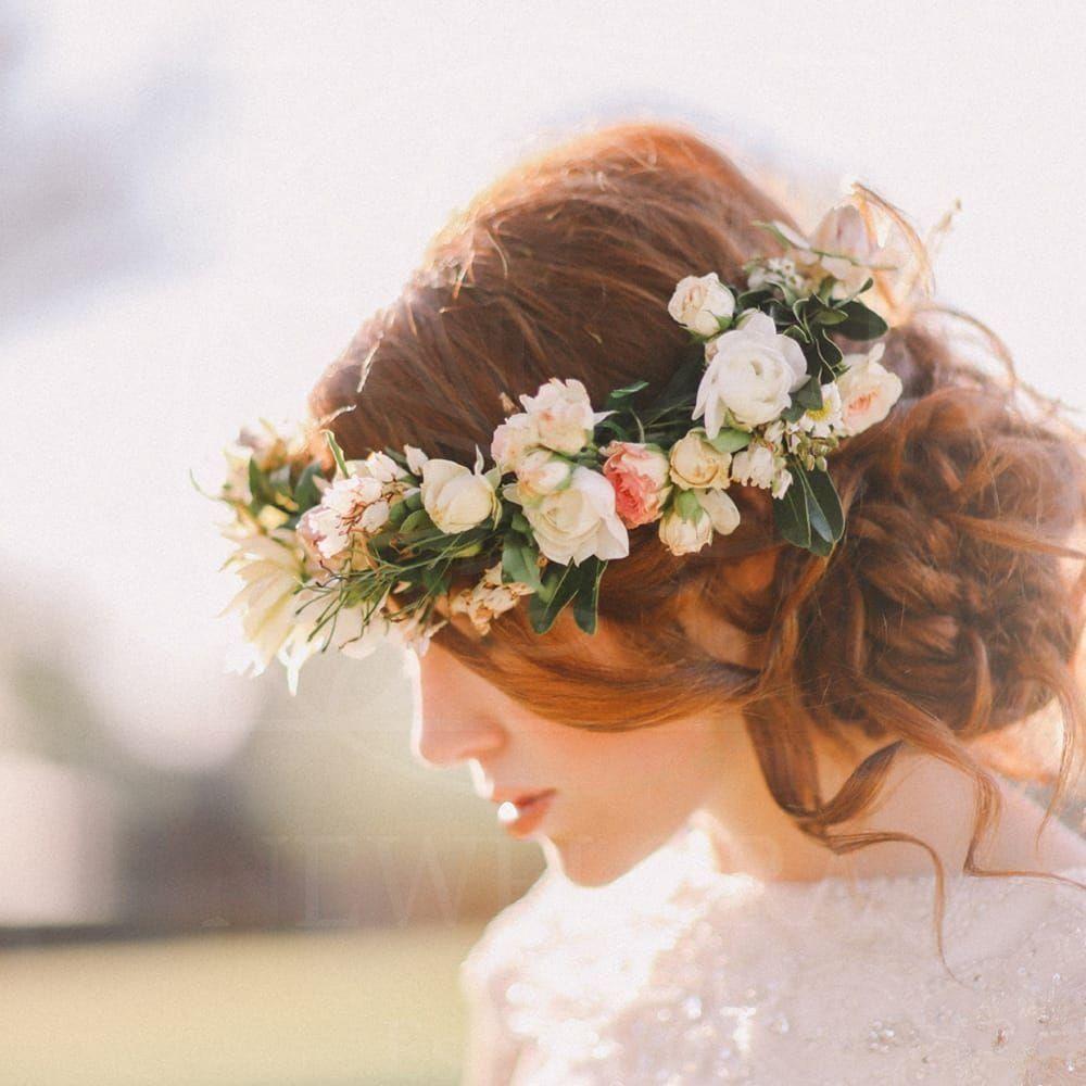 Украшение волос их живых цветов с кустовой розой и зеленью