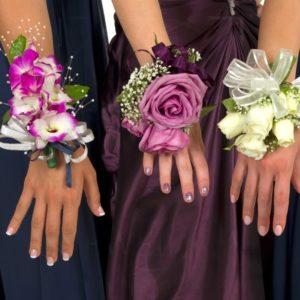 Браслеты из живых цветов с орхидеей и кустовыми розами