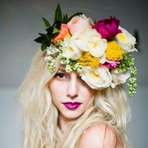 Украшение волос заколка из живых цветов с пионами, сиренью и ранункулюсами