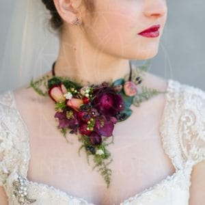 Подвеска\колье из живых цветов с ранункулюсами, вибурнум и розами