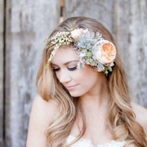 Украшение волос заколка из живых цветов с эустомой, эрика и пионовидной розой