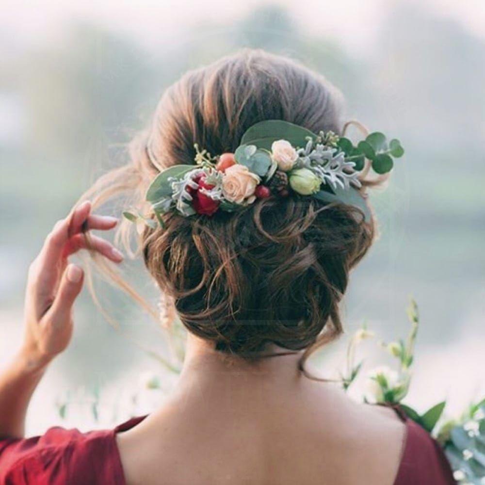 Украшение волос заколка из живых цветов с ранункулюсами и кустовыми розами