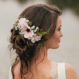 Украшение волос заколка из живых цветов с анемонами и фрезиями
